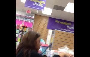 Nalgona con vestido en supermercado
